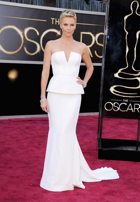 Шарлиз Терон в белом вечернем платье с открытыми плечами