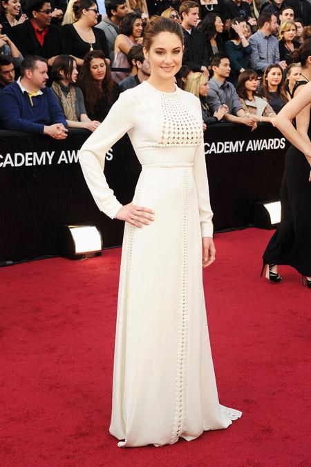 Шейлин Вудли в интересном белом вечернем платье