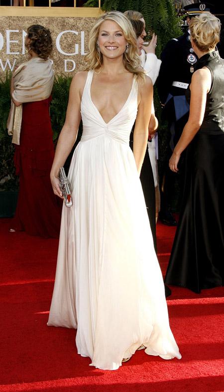 Эли Лартер в свободном белом вечернем платье