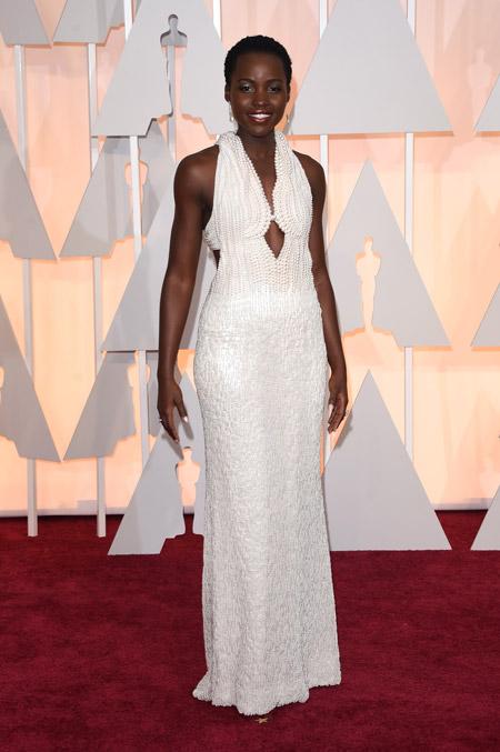 Актриса в красивом белом вечернем платье