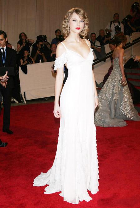 Тейлор Свифт в белом вечернем платье