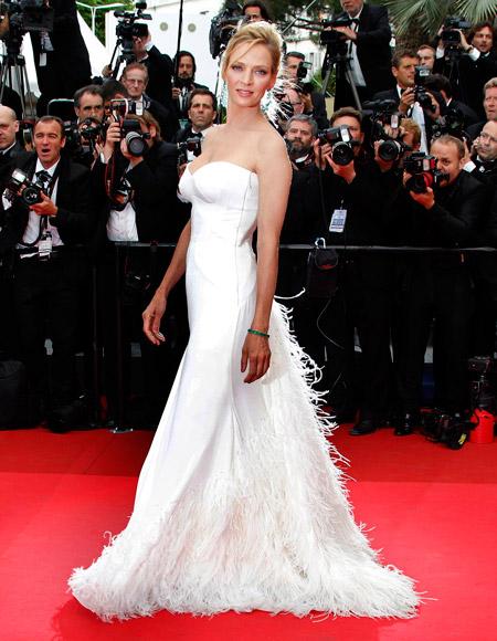 Ума Турман в белом вечернем платье без бретелек