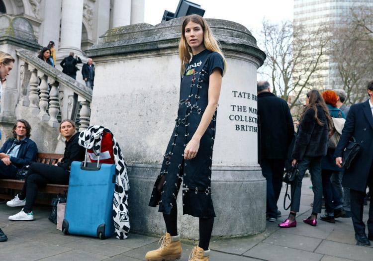 Veronika Heilbrunner в черном платье от Christopher Kane и ботинках от Acne Studios, фото Phil Oh