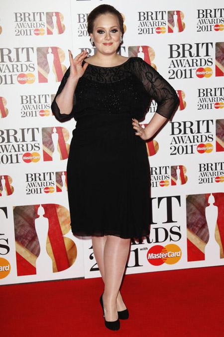 Адель в черном коротком платье