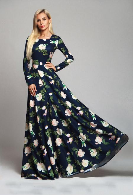 Девушка в темном платье с рукавами