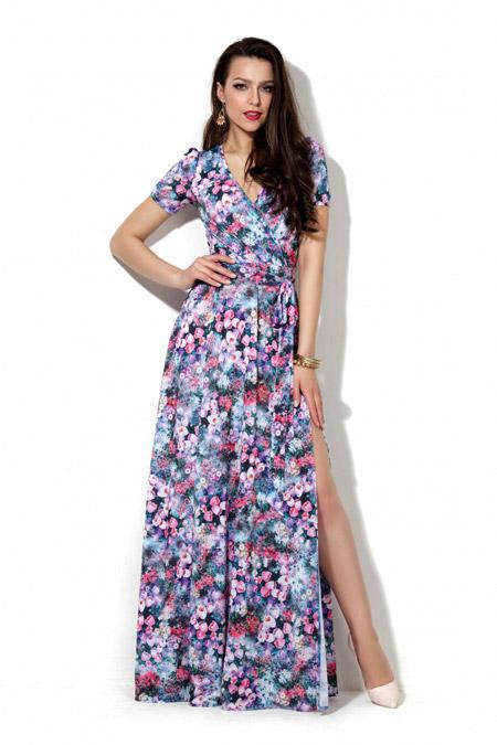 Девушка в летнем платье с разрезом