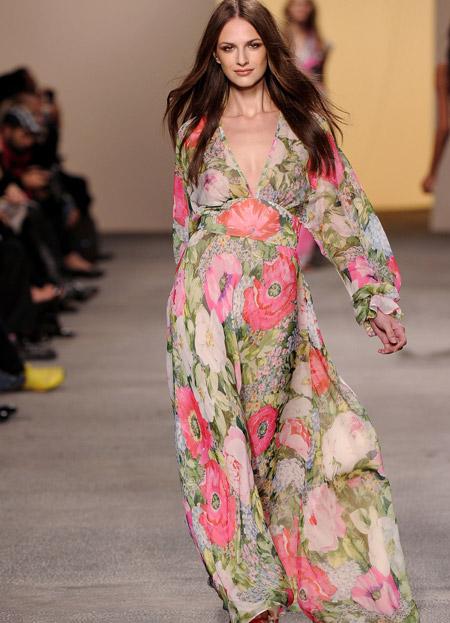 Модель в цветочном платье