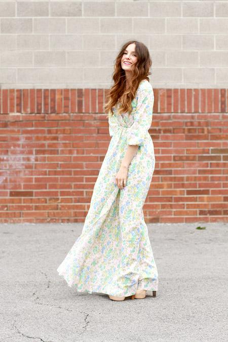 Модель в длинном платье с рукавами