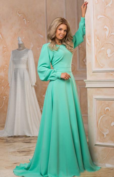 Девушка в салатовом платье с рукавами