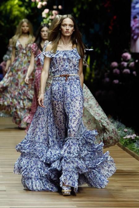 Модель в длинном платье