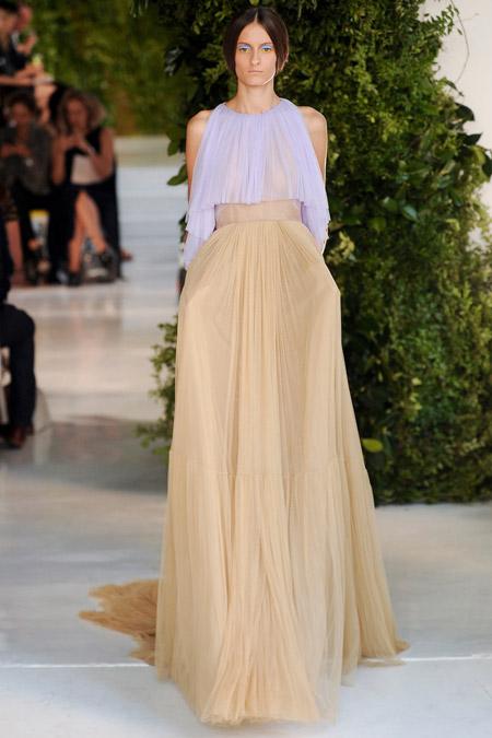 Девушка в платье с бежевой юбкой