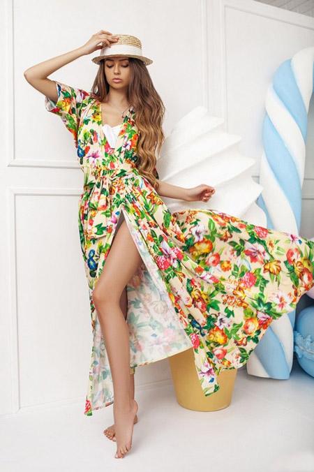 Девушка в платье с разреом