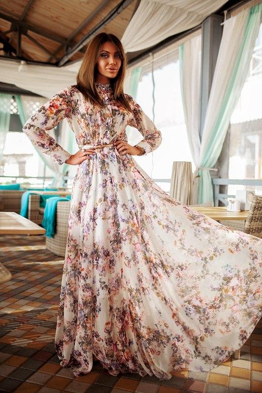 Девушка в красивом летнем платье