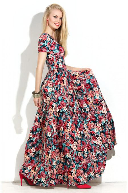Девушка в пышном платье с принтом