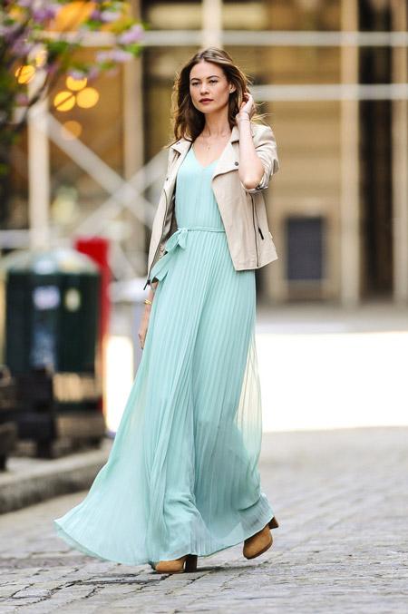 Девушка в платье и жакете