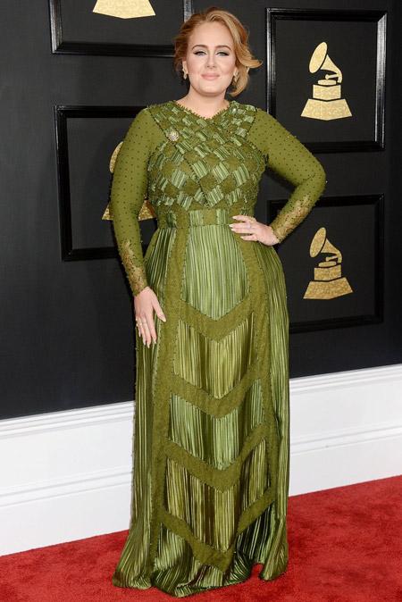 Адель в зеленом платье