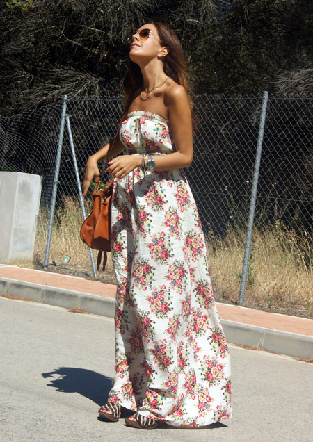 Девушка в белом платье макси с цветочным принтом