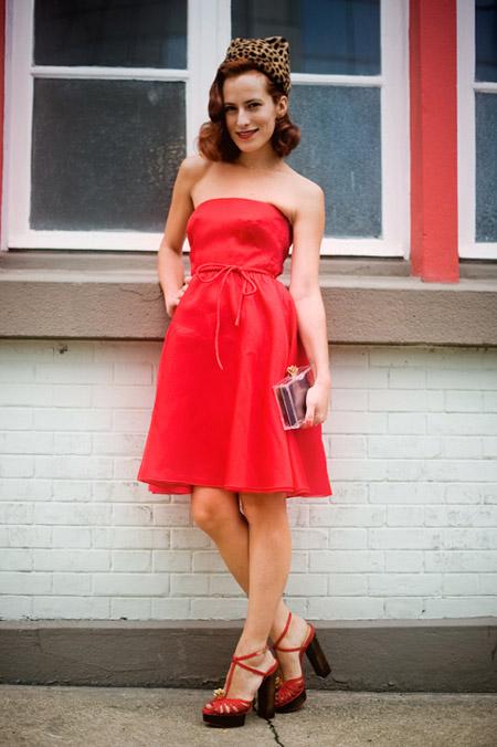Девушка в красном платье без бретелей