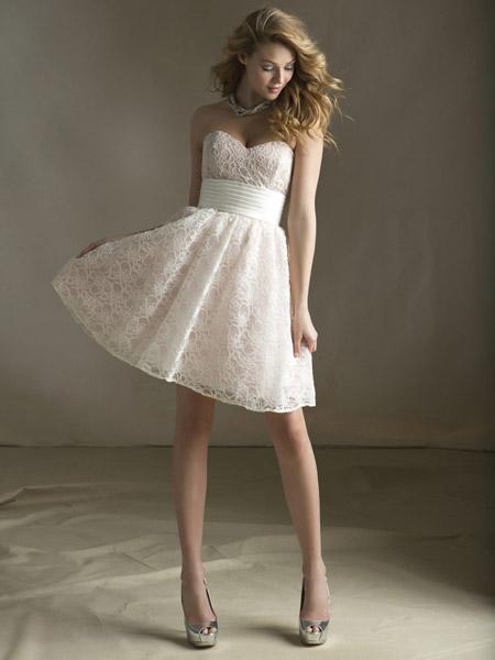 Девушка в белом платье без бретелей