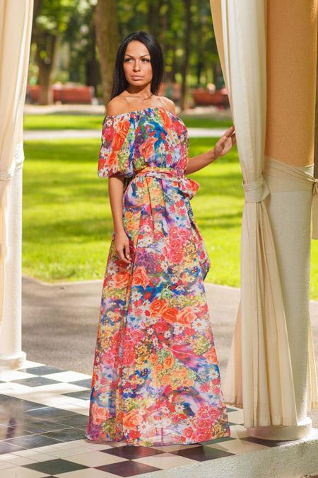 Девушка в разноцветном платье крестьянка