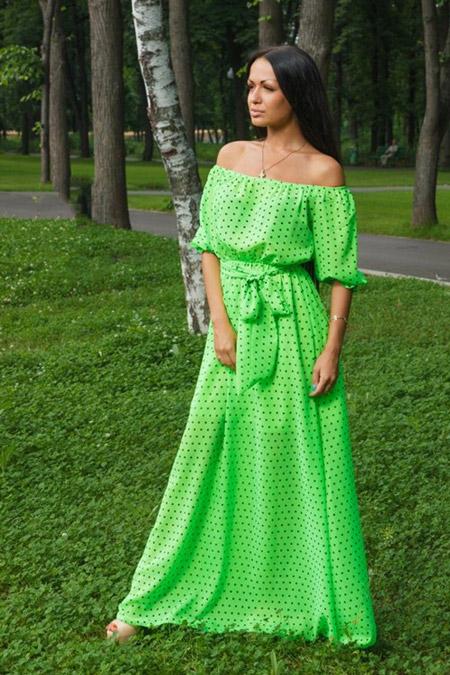 Девушка в зеленом платье крестьянка