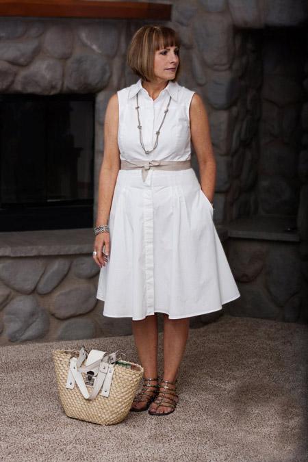 Девушка в белом летнем платье с поясом
