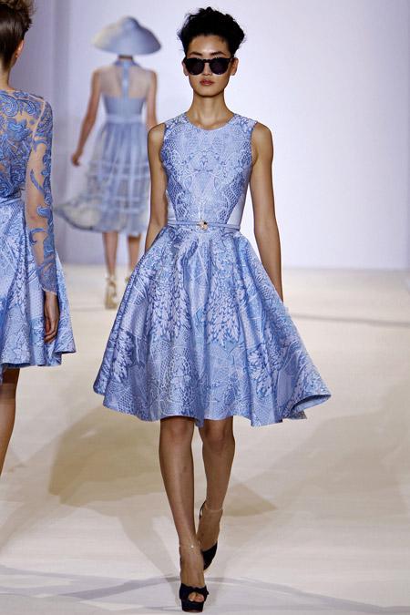 Модель в нежно-голубом платье