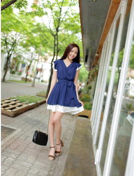 Девушка в синем летнем платье