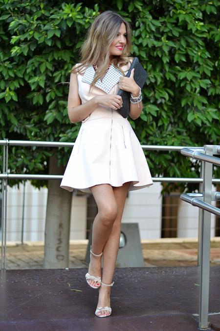 Девушка в коротком летнем платье