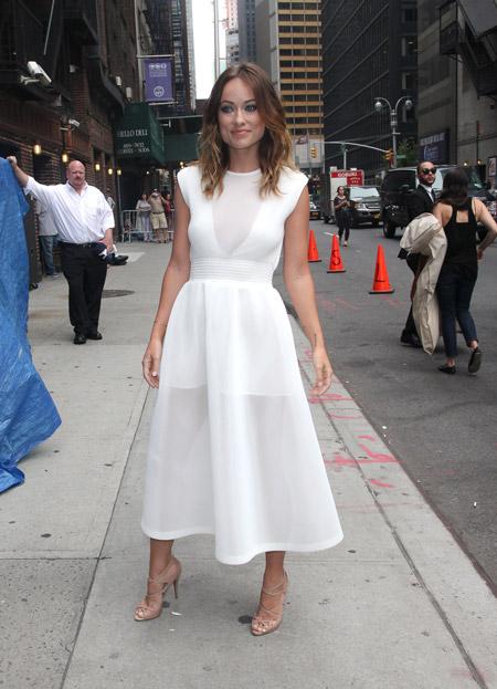 Оливия Уайд в белом летнем платье