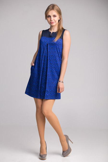 Девушка синем платье-трапеции