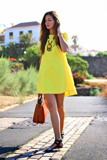 Девушка в желтом платье-трапеции