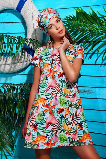 Девушка в ярком платье-трапеции