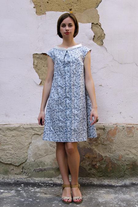 Девушка в летнем платье-трапеции