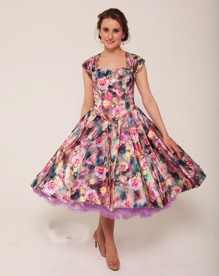 Девушка в розовом ретро-платье