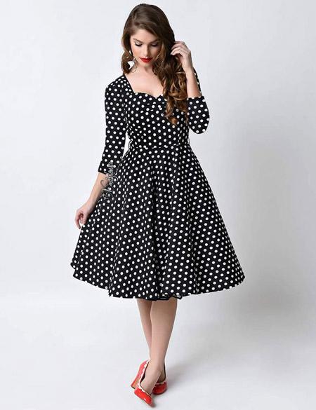 Девушка в черном ретро-платье
