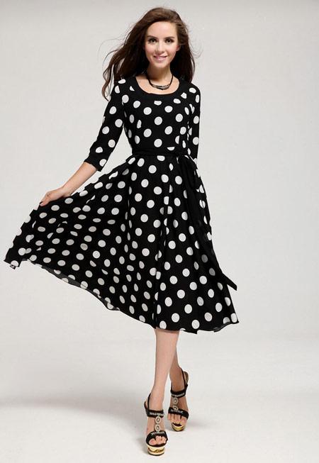 Девушка в ретро-платье в горох