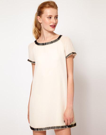 Девушка в кремовом свободном платье