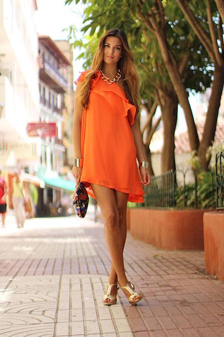 Девушка в ярком оранжевом платье