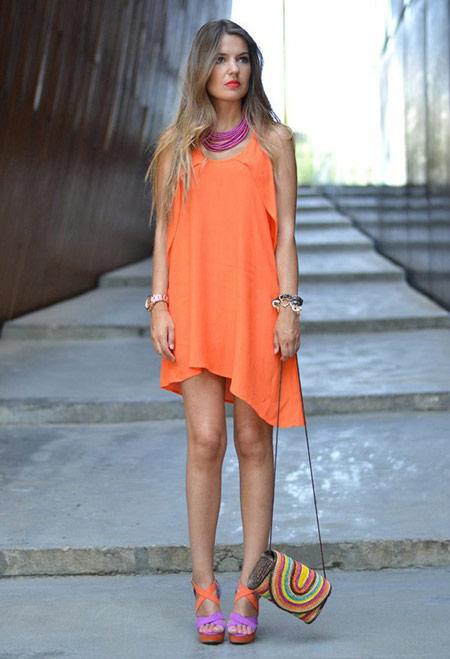 Девушка в морковном летнем платье