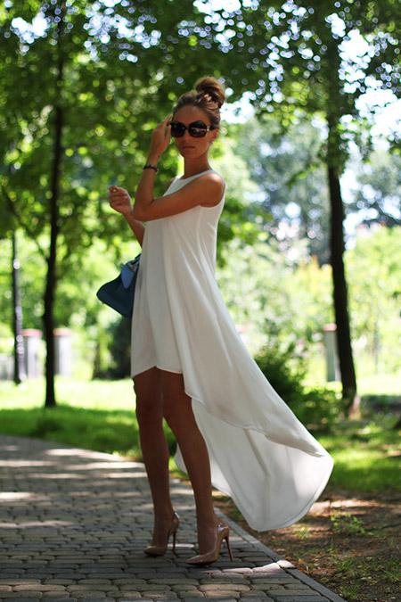 Девушка в асимметричном белом платье