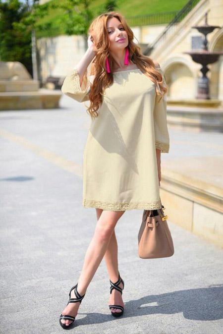 Девушка в свободном летнем платье