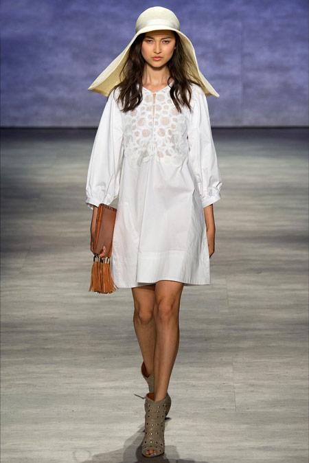 Девушка в шляпе и белом летнем платье