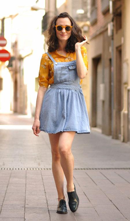 Девушка в джинсовом летнем сарафане