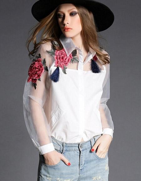 Девушка в блузке с нашивкой