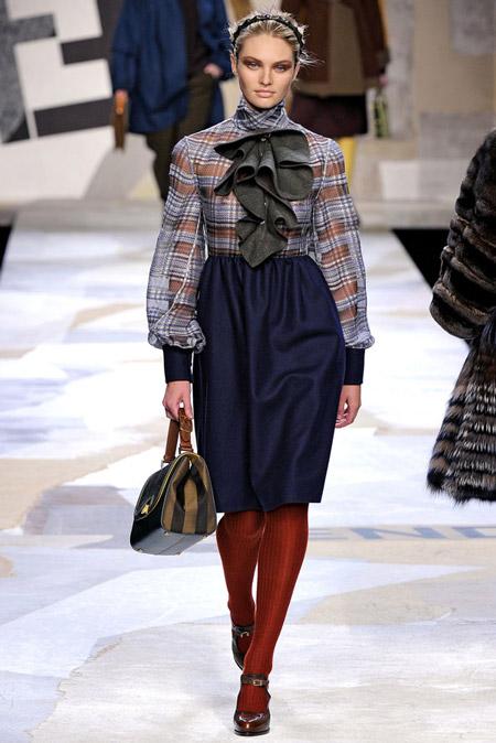 Девушка в блузке с объемными рукавами