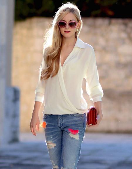 Девушка в белой блузке с запахом