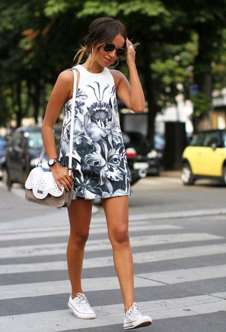 Девушка в коротком платье-трапеции