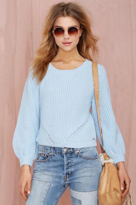 Девушка в голубом джемпере