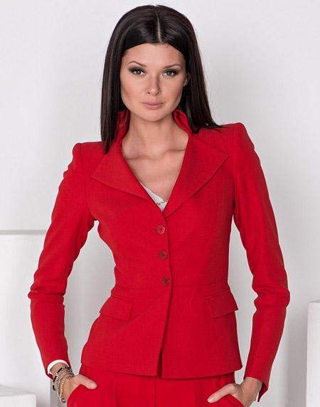 Девушка в красном брючном костюме